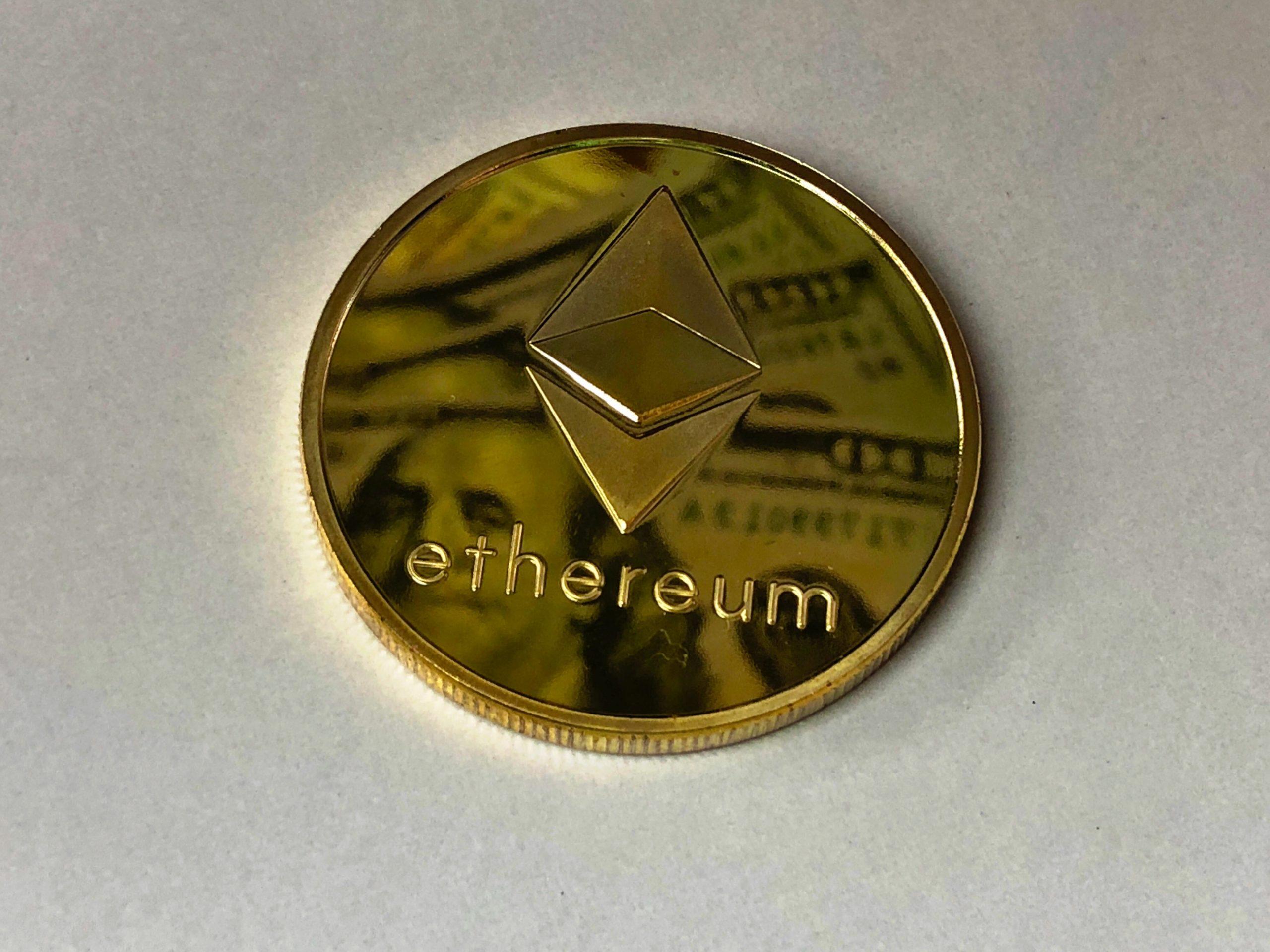 Ethereum gouden munt met Ethereum logo en ethereum tekst